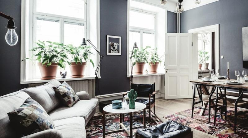 Den här lägenheten ligger på Södermalm i Stockholm. Förutom att den har en modern styling med dova färger och rustika material finns något annat som gör att den sticker ut.