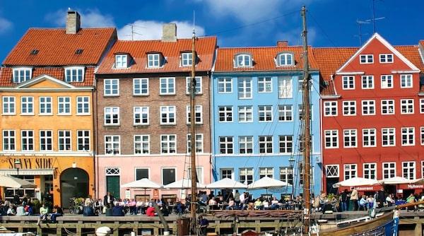 I Nyhavn ligger uteserveringarna tätt.