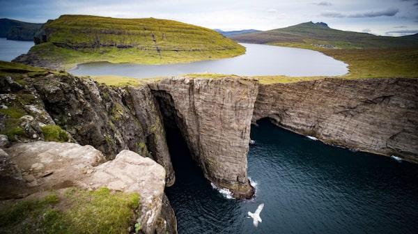 Färöarnas största sjö gör sig bra på bild.
