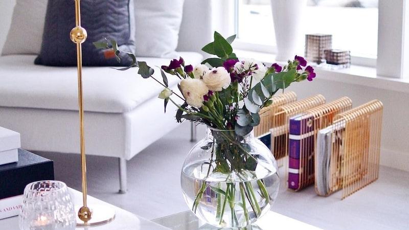 Vardagsrum i grått – och med blommor.