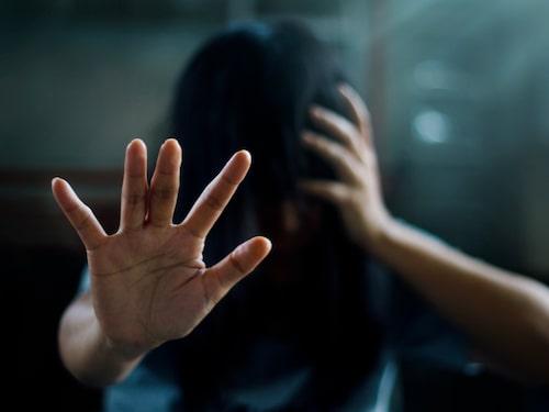 Personer med PTSD kan återuppleva trauman i form av flashbacks eller mardrömmar.