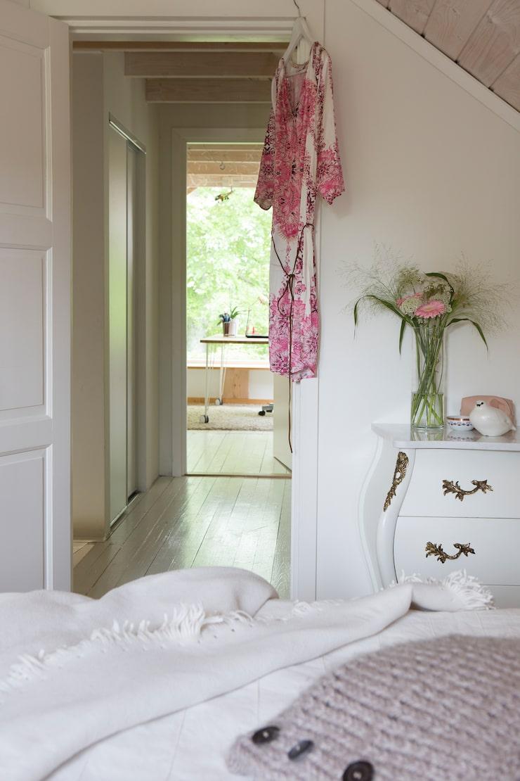 På övervåningen ligger Anna och Olas ljusa sovrum med vitlaserad råsopnt i tak och på väggar. Byrån som fyndades på blocket målades vit och fick en specialbeställd marmorskiva. Fjällripan i keramik är ett minne från mormor och morfar och Annas barndoms somrar i Vilhelmina.