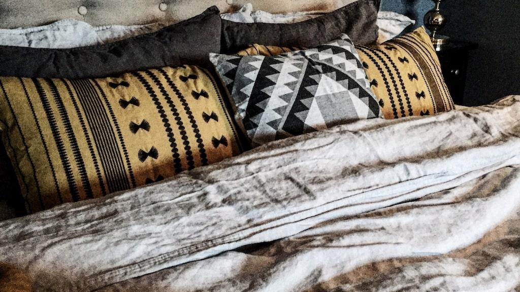 """Senapsgult i sovrummet. """"Filten från Klippan yllefabrik passade minsann här med, älskar den!"""""""
