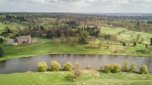 Brocket Hall ligger på västra sidan av stadsområdet Welwyn Garden City i Hertfordshire.