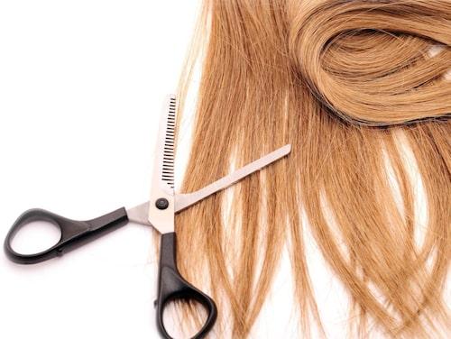 Låt inte håret växa och bli jämnlångt. Klipp upp det och du ser yngre ut.