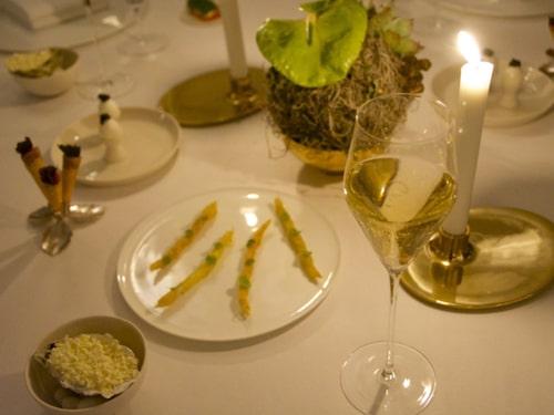 Borden är smakfullt dukade med bland annat ljusstakar från Georg Jensen.