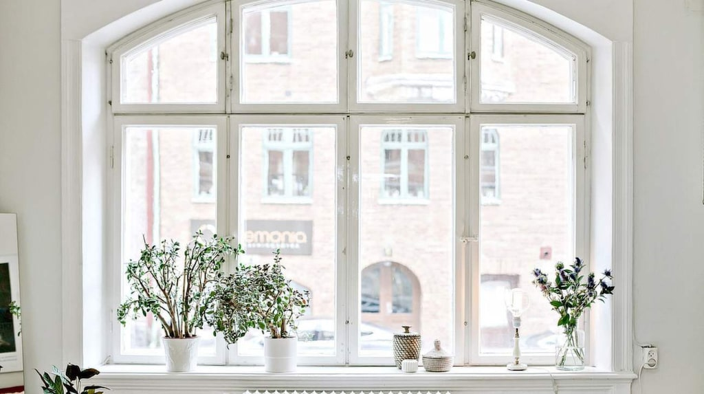 Det välvda fönstret har handblåsta glas och bär på mycket historia.