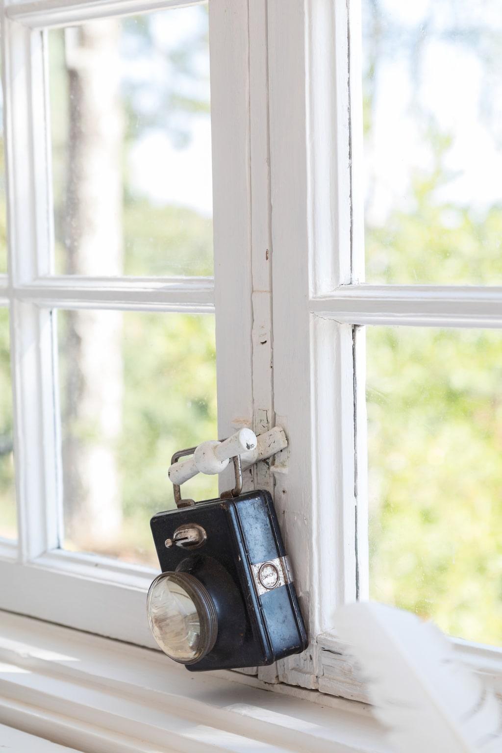 Fönstren har dekorerats med loppisfynd.