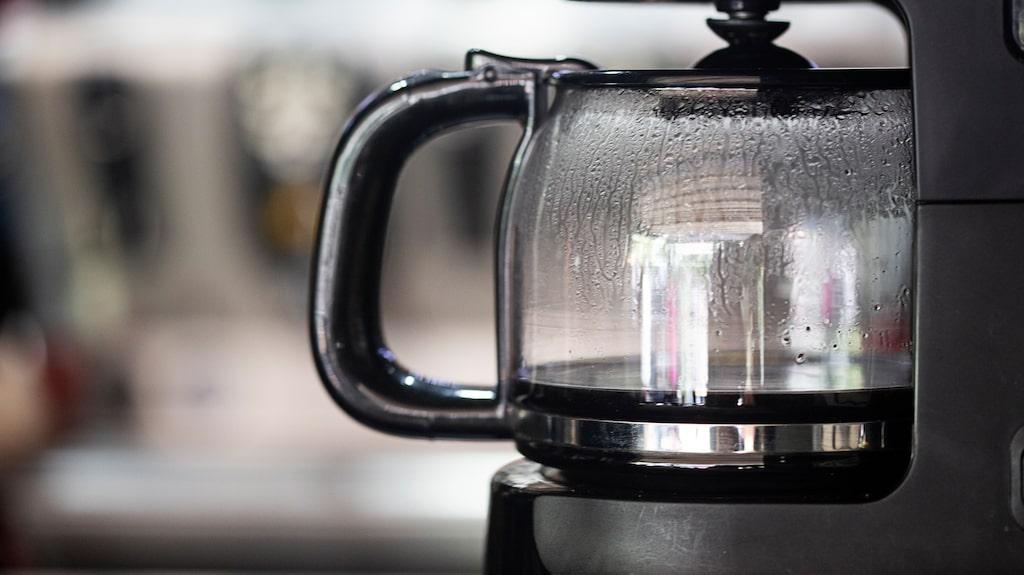 En kaffekokare som används dagligen behöver avkalkas ungefär en gång i månaden – men kannan, locket och filtret behöver sköljas med varmt vatten och diskmedel varje dag.