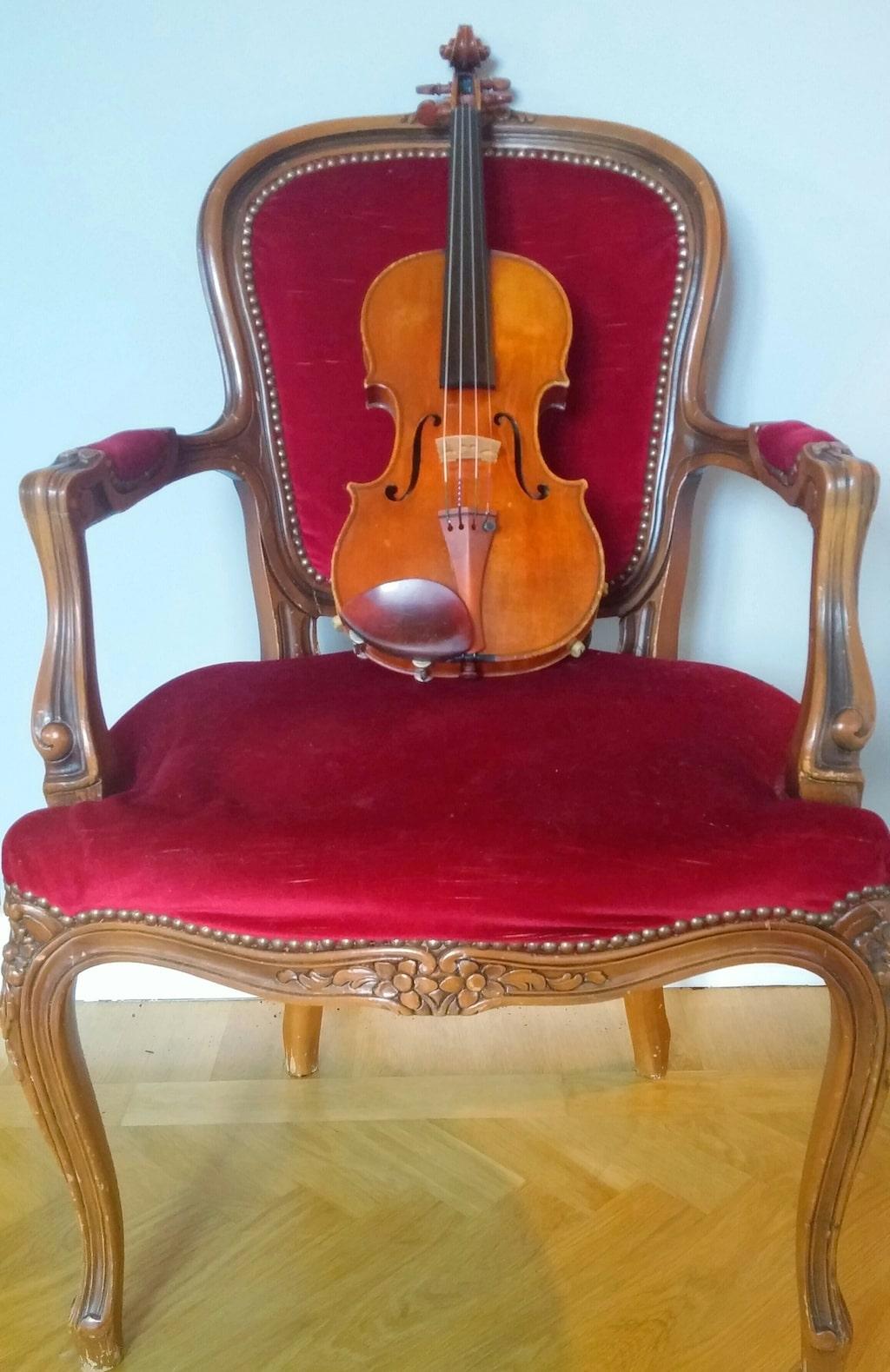 Linda har tidigare berättat för LEVA&BO om att hon gärna blandar gammalt och nytt när hon inreder. Den röda sammetsstolen är köpt på auktion på nätet. Violinen är en italiensk Gaglino, byggd 1781 och köpt i London 1999.