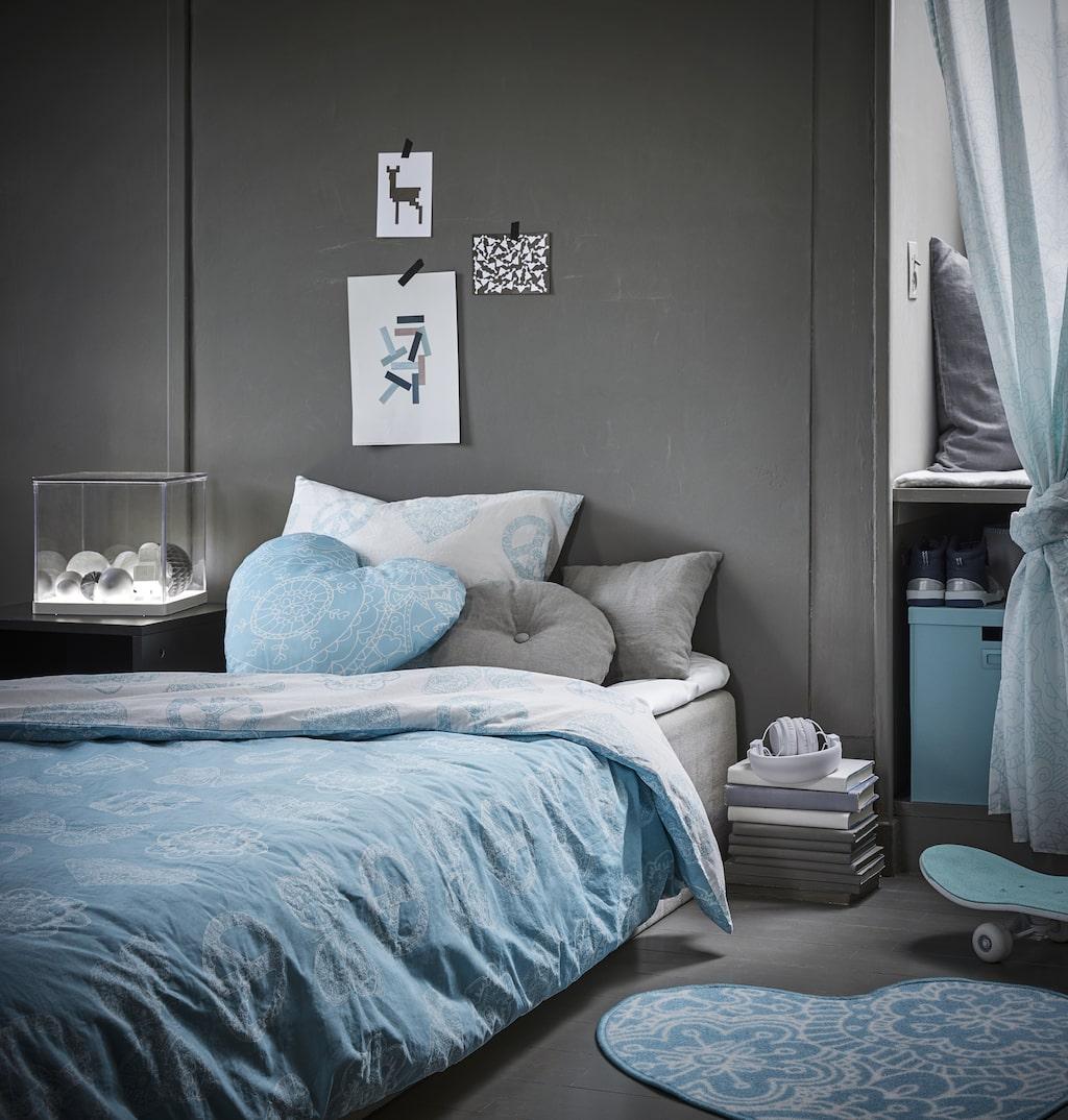 Vänskaplig kollektion erbjuder stora möjligheter att mixa och matcha för att skapa ett perosnligt sovrum. Kudde 59 kr, påslakanset 149 kr, hjärtformad matta 49 kr. Gardiner med omtag 199 kr/par.
