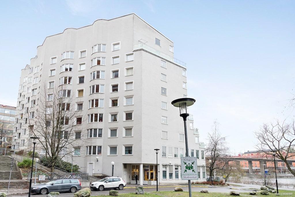 Huset ligger på Pipersgatan på Kungsholmen, precis vid Kungsholms strand och Klara sjö.