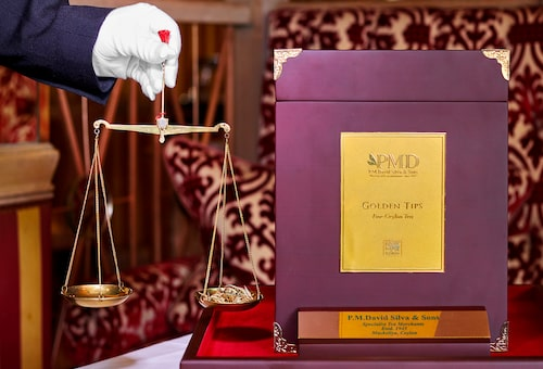 Varje gäst får exakt tre gram te, som mäts upp noggrant i en gammaldags balansvåg av en handskförsedd servitör.