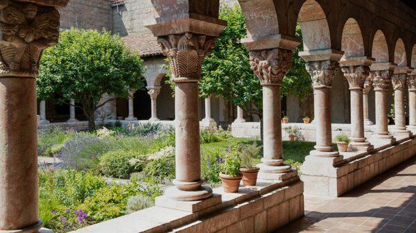 Cuxaklostret i nordöstra Pyréenerna grundades på 870-talet. Klostret övergavs i samband med franska revolutionen 1791. I början av 1900-talet fraktades det över Atlanten till New York.