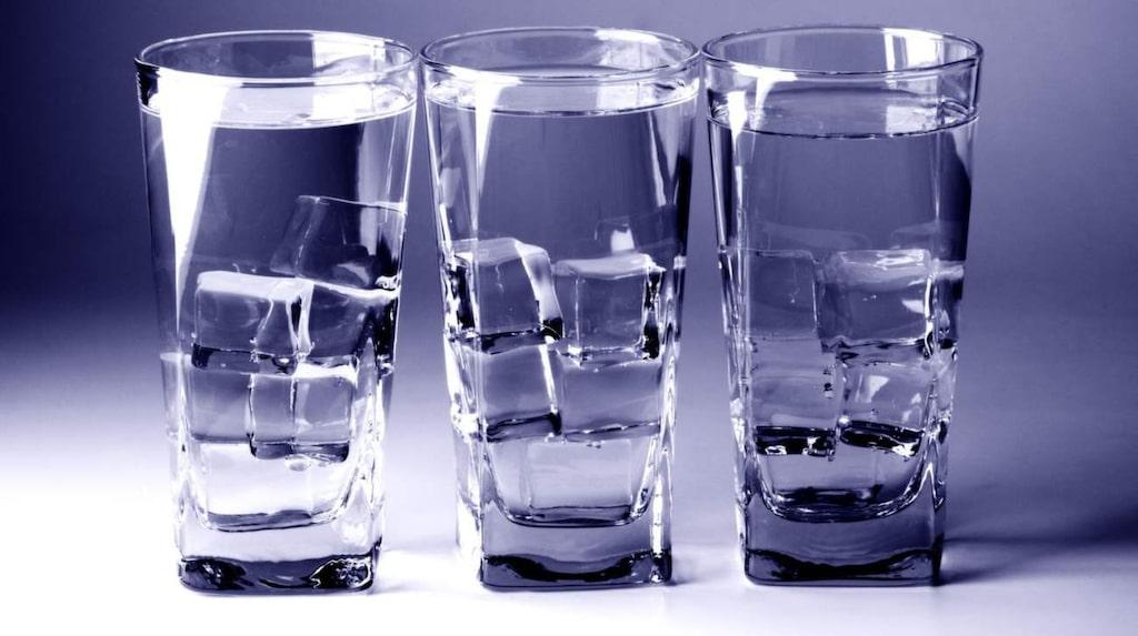 Drick tre glas vatten redan under morgonen.