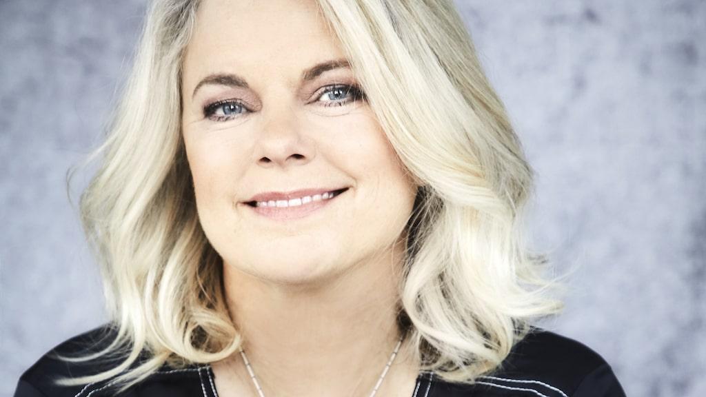 """Carin Hjulström är aktuell med nya romanen """"På en ny nivå"""" som hon skrivit på """"den lilla fula"""" Ikea-stolen i godsets gamla skolsal."""