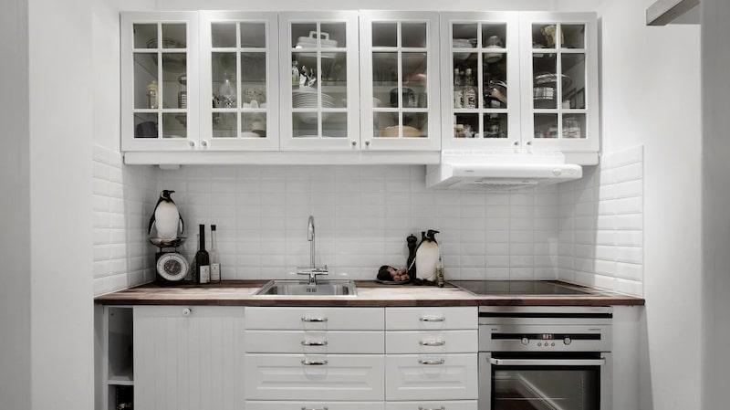 I köket står pingvinerna prydligt på bänken och vågen.