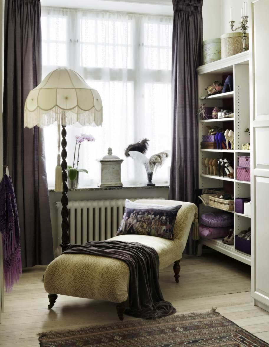 Kanapén är klädd i ett tyg från Colefax & Fowler, inköpt på Södersitsen. Lampan fick sin plats efter inspiration från Downton Abbey. Gardiner sydda i ett James Hare-siden från Södersitsen.