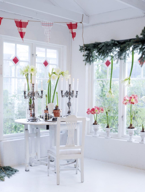 <p>Ovanför det vackra bordet hänger Håkans vimplar, gjorda av gamla kökshanddukar som bara klippts ut och sedan limmats på ett juterep. Vimplarna i orangeriet byts ut efter årstid och är ett lätt pyssel som gör stor skillnad. <br></p>