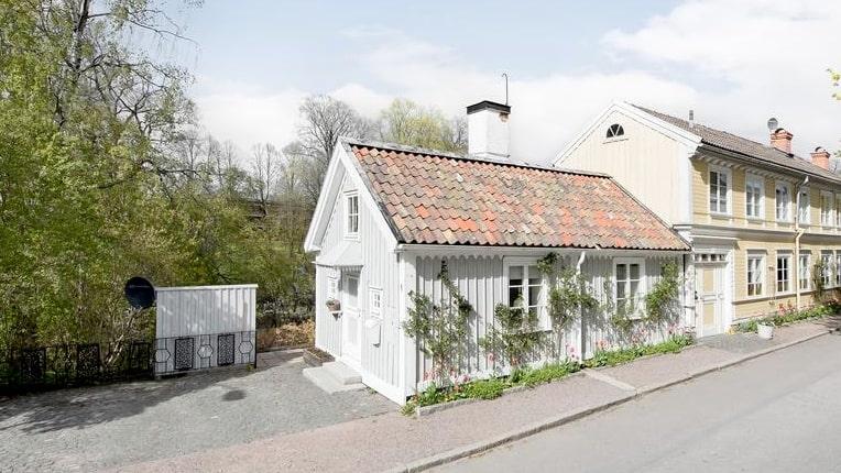 Mitt i centrala Gävle ligger det söta lilla trähuset som är till salu just nu.