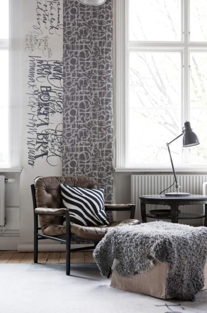 På väggen hänger en av Ylvas skisser och en tapetbård från samarbetet med Boråstapeter.