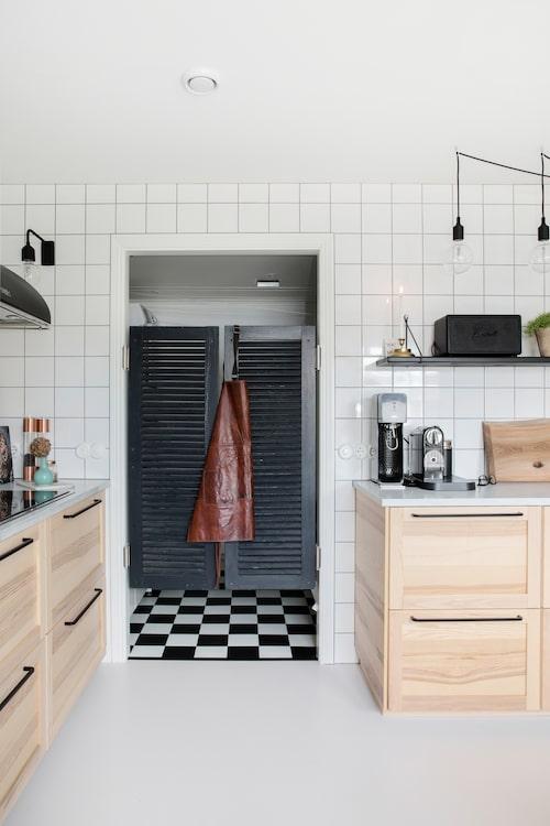 Saloondörrarna blev pricken över i, lite vilda västern i det för övrigt strikta köket. Dessutom gör de det mindre klaustrofobiskt att jobba i tvättstugan med det rutiga golvet.