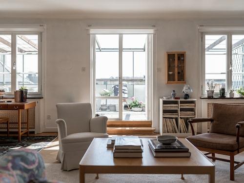 Annan vinkel av sällskapsrummet på övre etage, med direkt access till takterrassen.