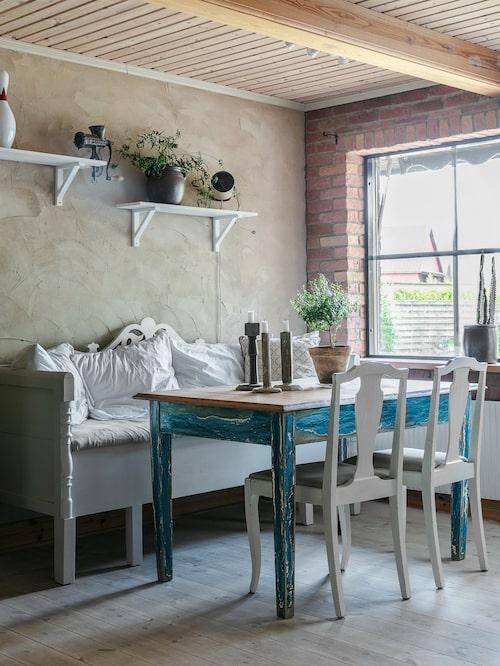 Det är svårt att tro att det lantligt ombonade köket ligger i ett hus byggt 1981. Soffan kom med huset och har målats ljusgrå av Jenny, liksom de flesta dörrar och snickerier i 80-talsvillan.