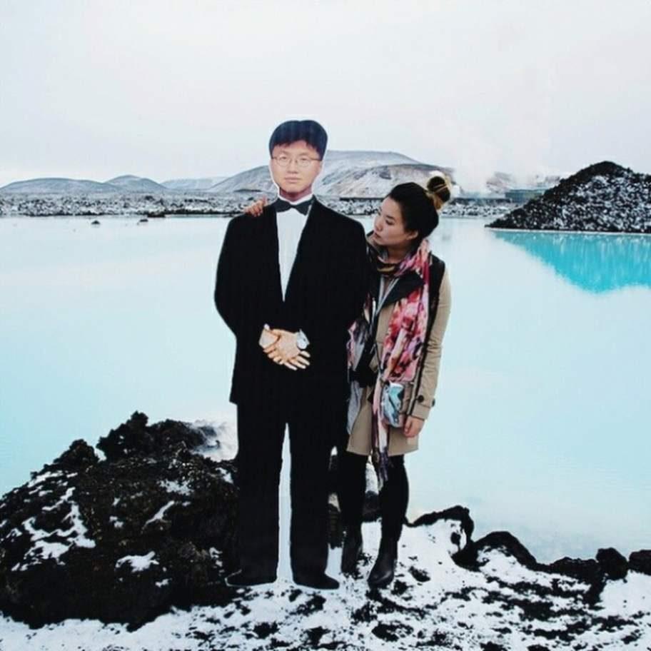 Framför Blå lagunen på Island.