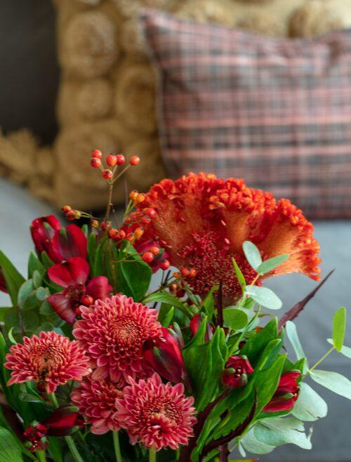 Buketten består av celosia, alstormeria, krysantemum, nypon och eukalyptus, In Bloom. Vas, 269 kronor, Posh Living.