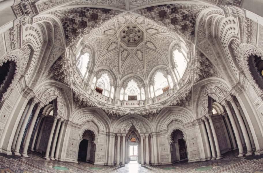 Ett gammalt palats i centrala Italien användes först som lyxhotell, men står i dag helt övergivet och tomt.