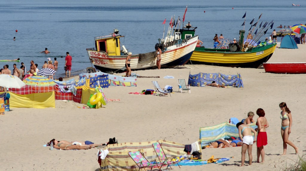 Några gamla färgglada fiskebåtar ligger uppdragna i sanden och bidrar till en mysig stämning i Dabki.