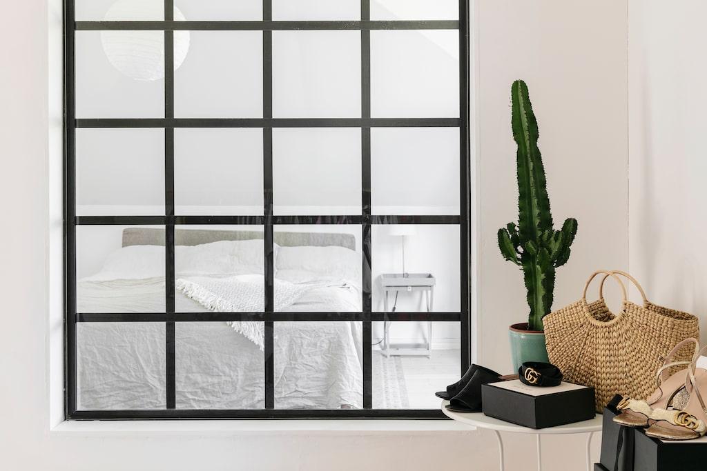 Rummet intill Moas och Nils sovrum har förvandlats till walk in closet, och ett fönster mot sovrummet släpper in extra ljus. Modeintresserade Moa låter gärna kläder och accessoarer vara en del av inredningen. Klänning från Carin Wester.