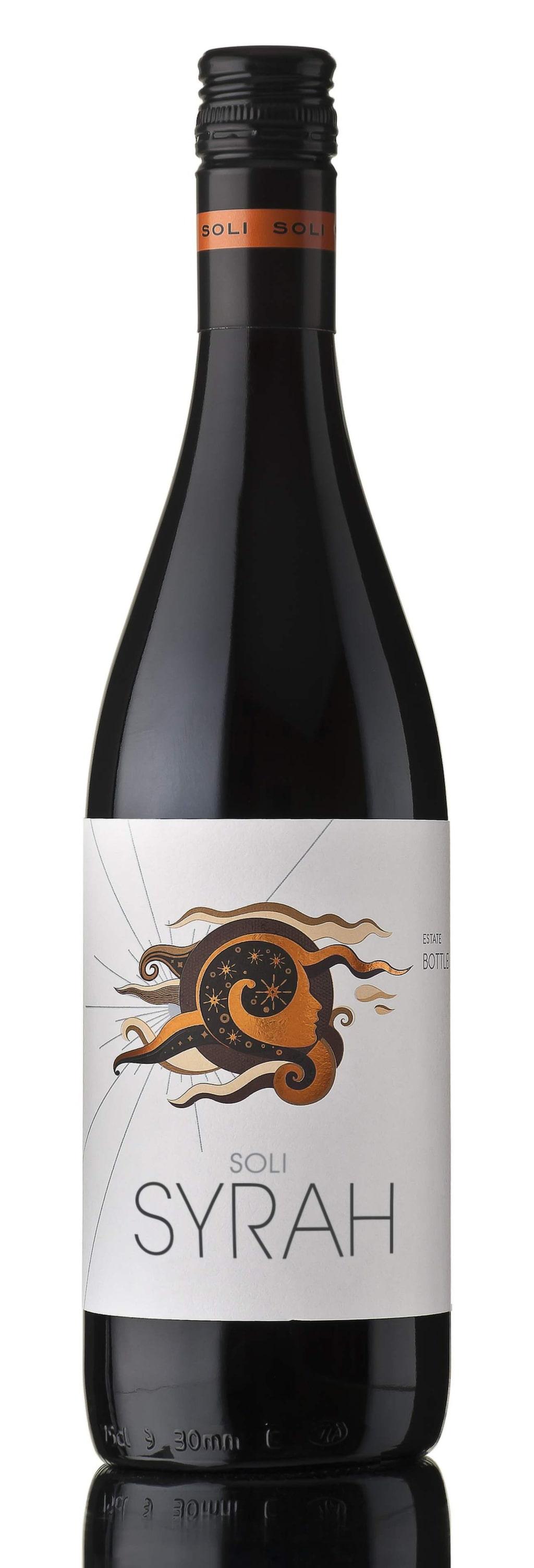 """<strong>Soli Syrah 2013</strong><br>(2224) Bulgarien, 49 kronor<br>Prissänkt vin i soft stil med toner av blåbär, kryddor och bra intensitet. Gärna till en renskavs-panna.<br><exp:icon type=""""wasp""""></exp:icon><exp:icon type=""""wasp""""></exp:icon><exp:icon type=""""wasp""""></exp:icon><exp:icon type=""""wasp""""></exp:icon><exp:icon type=""""wasp""""></exp:icon>"""