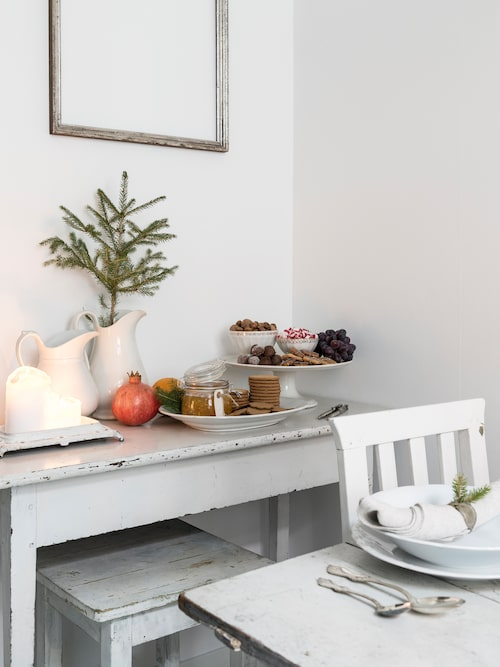 Intill bordet i köket har Alexandra arrangerat en godishörna för julens sammankomster.