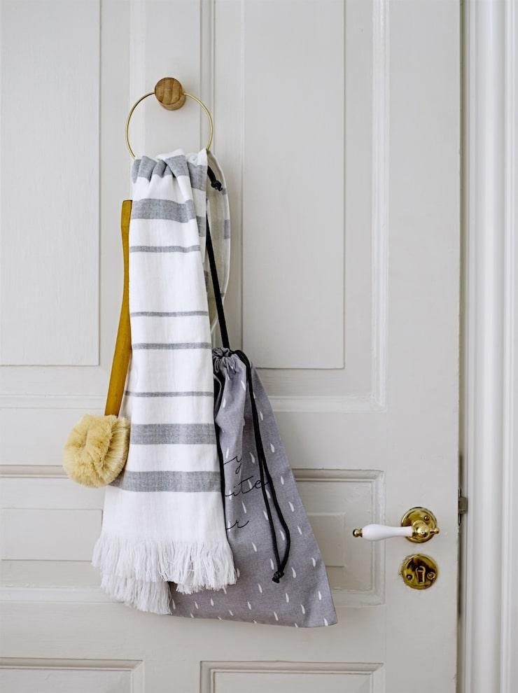 Handdukar, borstar och en necessär får plats i den runda hängaren. Allt på bilden kommer från Bloomingville.