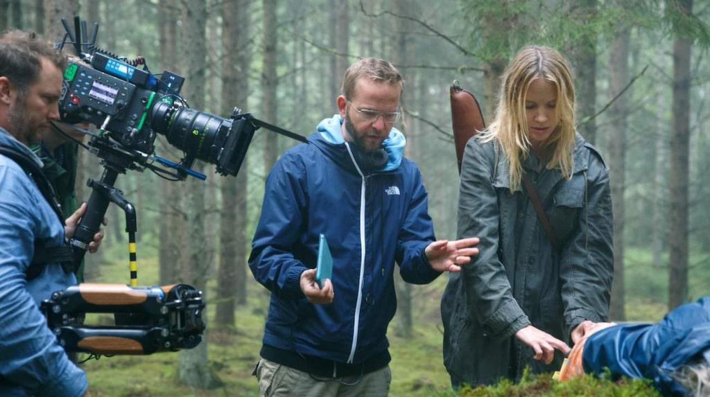 Regissören Henrik Björn instruerar Moa Gammel.