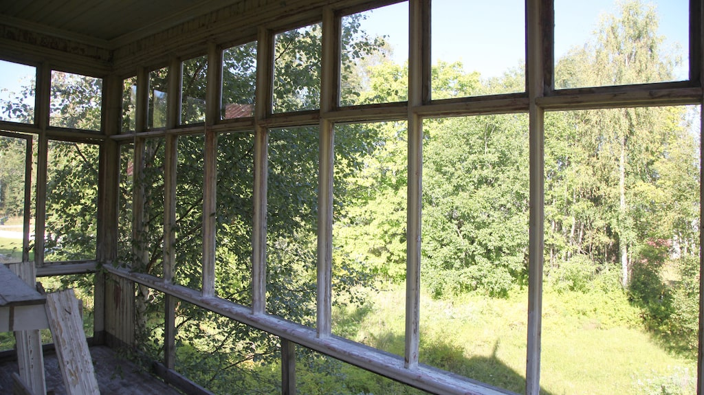 Utsikten från balkongen ovanpå den så tidstypiska punschverandan. Endast fönsterspröjsen finns kvar.
